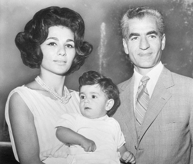 عکس خانوادگی شاه و فرح و رضا پهلوی