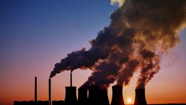Humos saliendo de chimeneas de fábrica