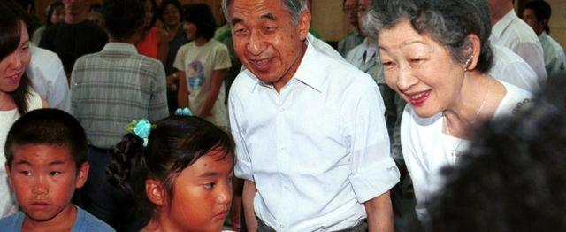 2001年に伊豆諸島の新島を訪れて地元の子供たちと歓談する天皇・皇后両陛下