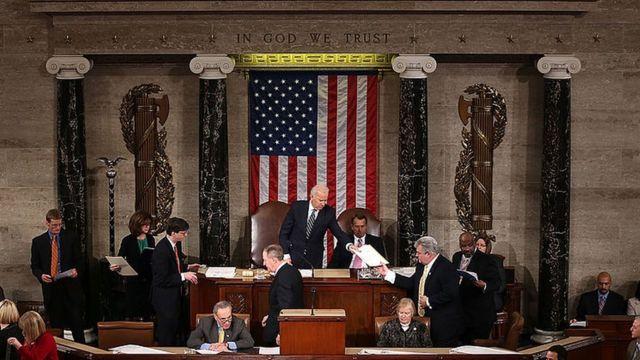 Джо Байден (в этот момент - вице-президент США) во время процедуры утверждения результатов голосования выборщиков в конгрессе в 2012 году