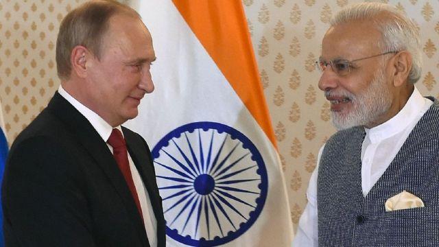 ब्रिक्स शिखर सम्मेलन में रूसी राष्ट्रपति व्लादीमिर पुतिन के साथ नरेंद्र मोदी