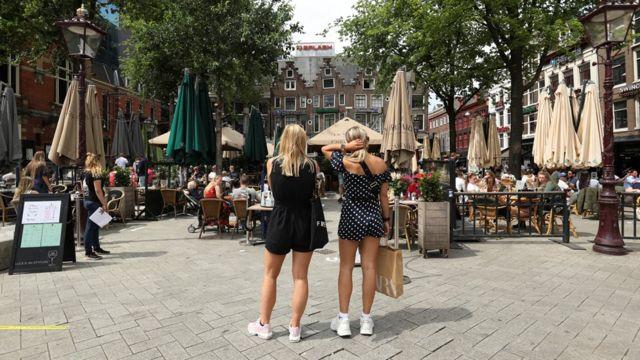 Amserdam'da bir kafeye oturmayı bekleyen iki kadın.