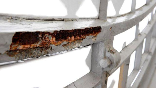 Ржавчина на железном орнаменте западного циферблата