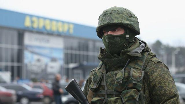 Российский солдат в симферопольском аэропорте