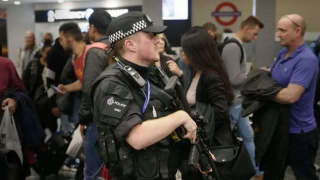 Euston stansiyasında silahlı polis.