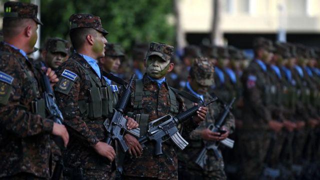 Militares salvadoreños.