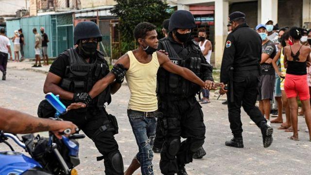 Afrocubano, detenido por la policía en Cuba.