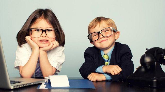 Dos niños vestidos de ejecutivos