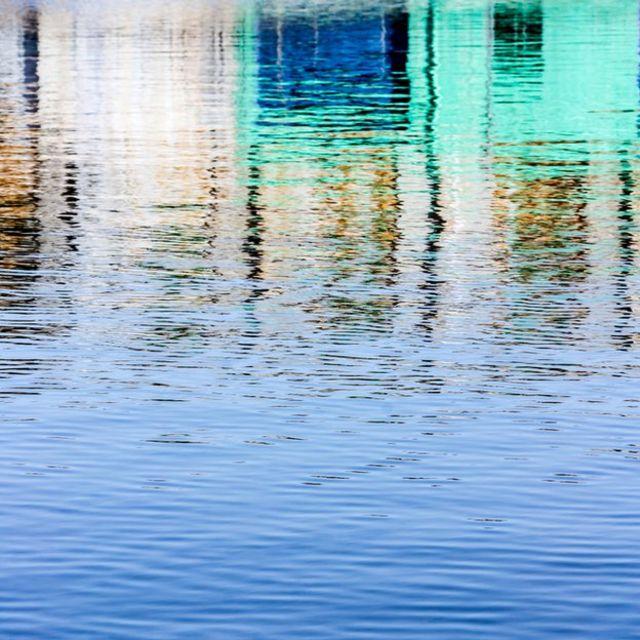 Ondas en agua cerca a casas