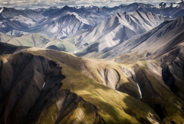 형형색색의 산악지대 모습.