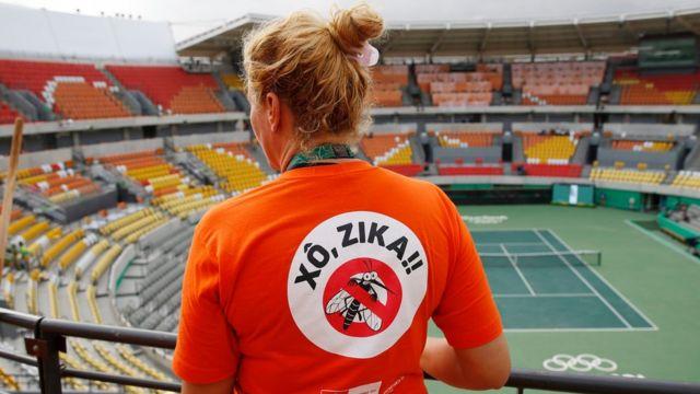 Trabajadores trabajan en la eliminación de mosquitos en las instalaciones olímpicas.