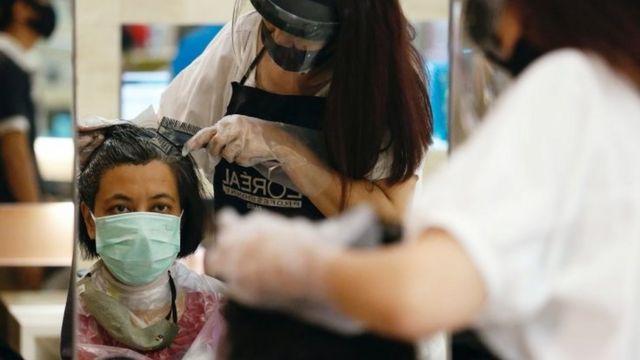 Pelanggan salon di Jakarta pada hari pertama pembukaan mal Senin (15/06).