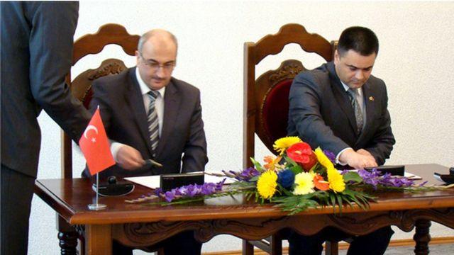 Turgay Şen (solda) 2012 yılında Moldova Savunma Bakanı Vitalie Marinuta ile özel bir işbirliği anlaşması izmalarken