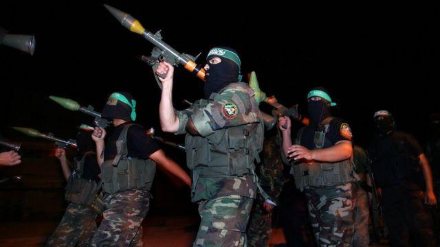 مقاتلون في كتائب القسام يحملون مدافع أر بي جي