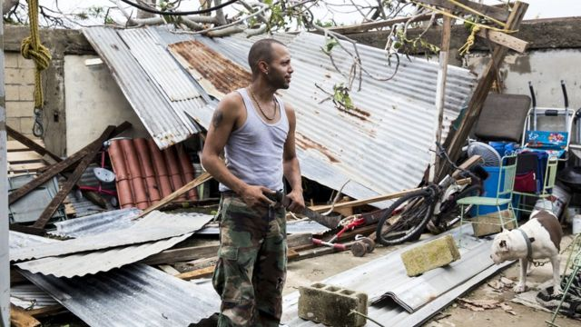Un hombre entre los restos de su vivienda en Puerto Rico tras el paso de María.