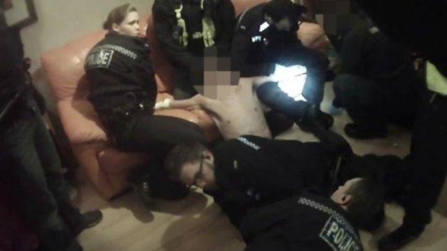 Policías capturando a un hombre.