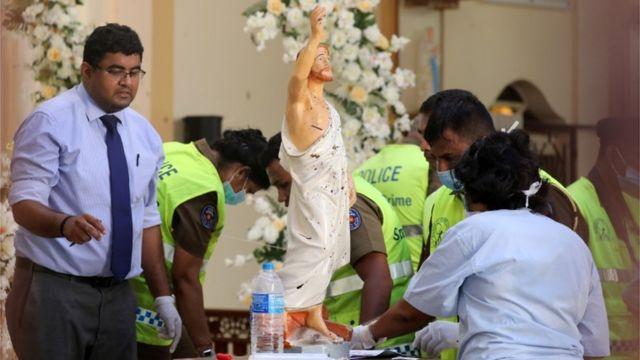 Поліцейські в церкві і статуя Ісуса