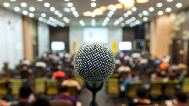 Подходя к микрофону в интернациональной аудитории, носители английского как правило начинают говорить слишком быстро