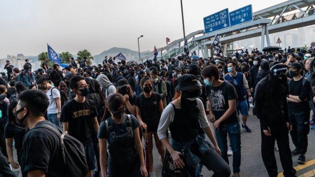 许多人带口罩出席游行。