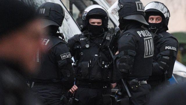 قوات من الشرطة الألمانية المتخصصة في مكافحة الإرهاب أثناء مداهمة مسجد بلال في فرانكفورت