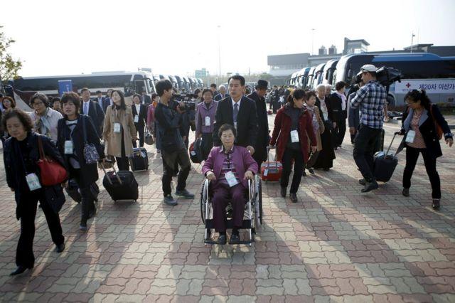 韓国側の通関に集まった離散家族(20日)