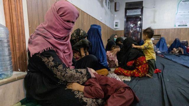 Mulheres com crianças buscam refúgio em mesquita em Cabul