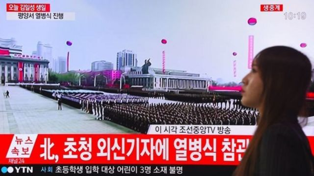 ชาวเกาหลีใต้รับชมการสวนสนามแสดงแสนยานุภาพของกองทัพเกาหลีเหนือทางโทรทัศน์