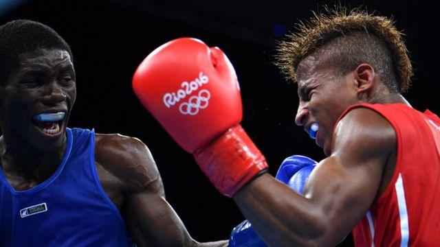 Joahnys Argilagos recibe un golpe del boxeador colombiano Yuberjen Martínez