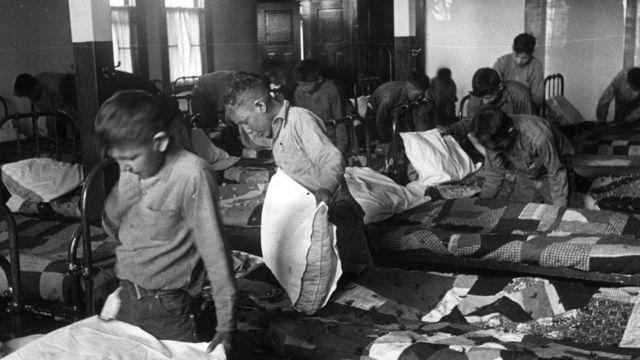 Crianças indígenas em dormitório de colégio interno canadense em 1950