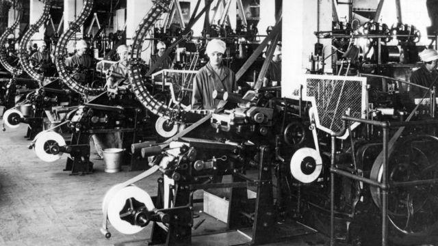 1920年代英國一家工廠裝配線上的女工。