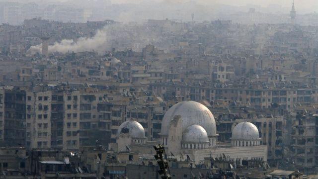 صورة لمدينة حلب والدخان يتصاعد منها