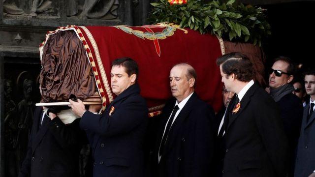 Familiares de Francisco Franco portan sus restos saliendo del Valle de los Caídos.
