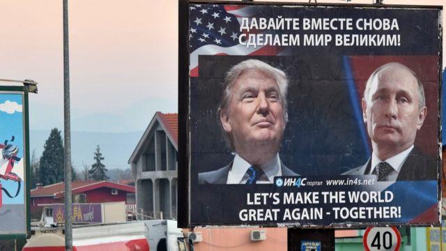"""لافتة تحمل صورتي بوتين وترامب وعبارة """"لنعد العظمة إلى العالم مجددا معا"""" وضعها نشطاء صرب في مدينة دانيلوفغراد، في جمهورية الجبل الأسود"""