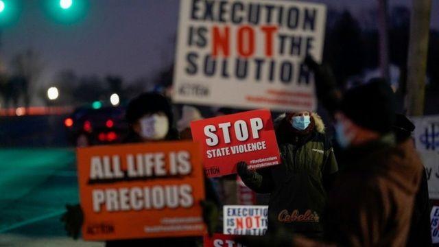 محتجون على حكم الإعدام يتظاهرون خارج السجن.