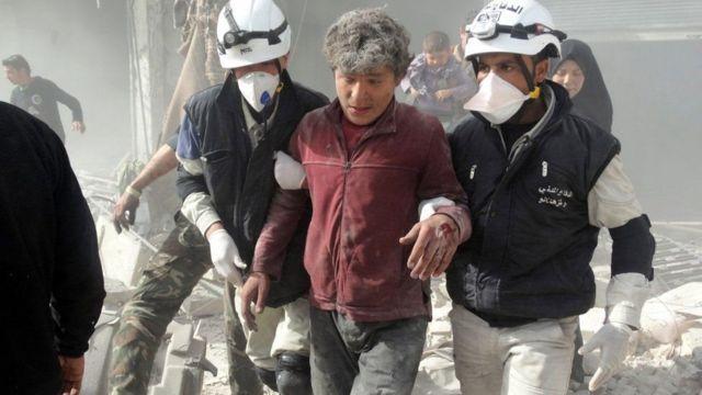 'دی وائٹ ہیلمیٹس' ایک زخمی شہری کی مدد کر رہے ہیں