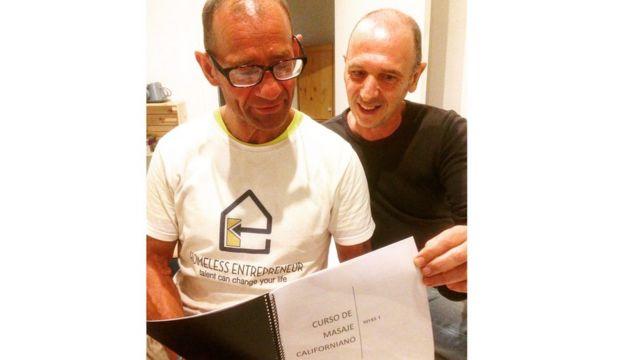 Andrzej sostiene el libro de masaje californiano que cursa actualmente