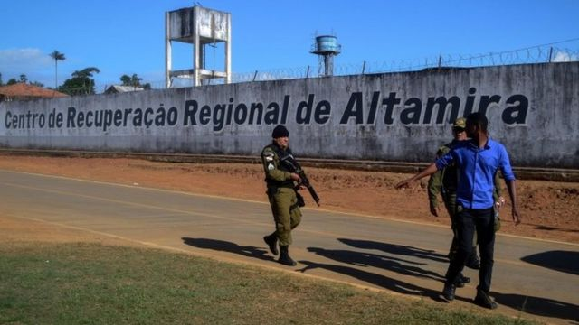 Policiais em frente o Centro de Recuperação Regional de Altamira