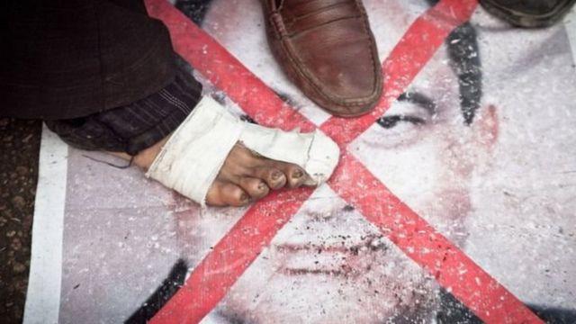 Raia wa Misri waliandamana dhidi ya Mubarak 2011 na akalazimishwa kujiiuzulu