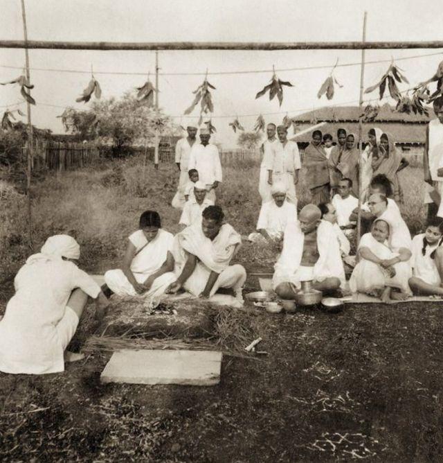 క్రైస్తవునికి, దళిత మహిళకు సేవాగ్రాంలో వివాహం జరిపిస్తున్న గాంధీ దంపతులు