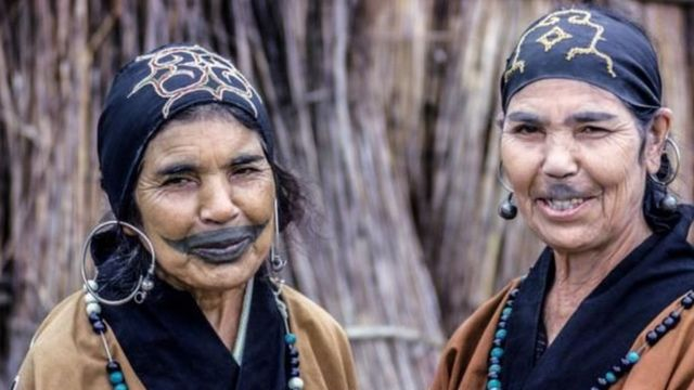 انصهر شعب الآينو في المجتمع الياباني ومُنعوا من وضع وشومهم التقليدية وممارسة عاداتهم الأخرى