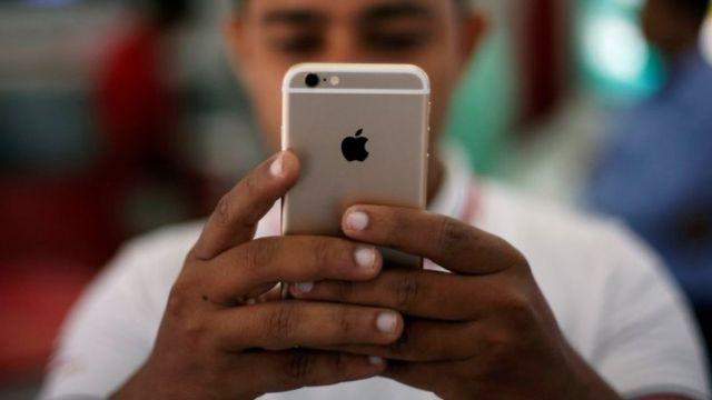 男子使用蘋果手機