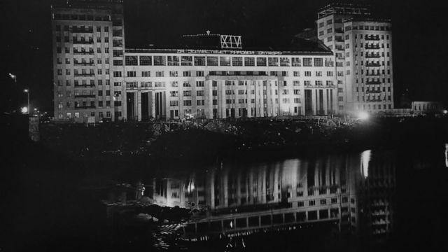 Строительство почти завершено. Праздничная иллюминация на доме в честь 14-й годовщины революции. Ноябрь 1931 г.