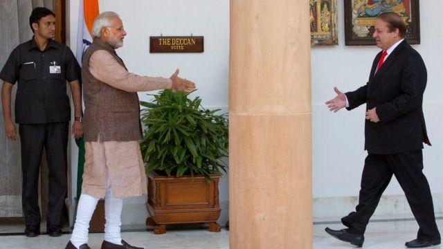 नई दिल्ली में मिलते भारती प्रधानमंत्री नरेंद्र मोदी और पाकिस्तान के प्रधानमंत्री नवाज़ शरीफ़.