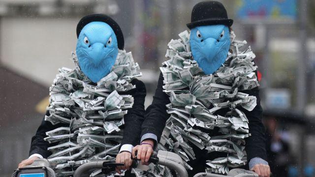 manifestantes disfrazados en 2012