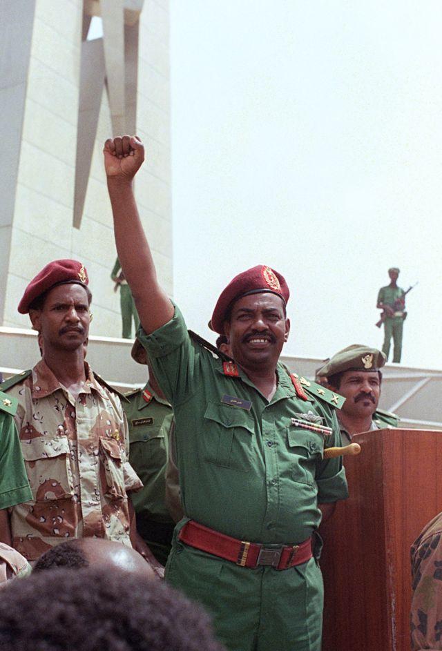 تصویری از عمر البشیر در سال ۱۹۸۹ و بعد از کودتای نظامی