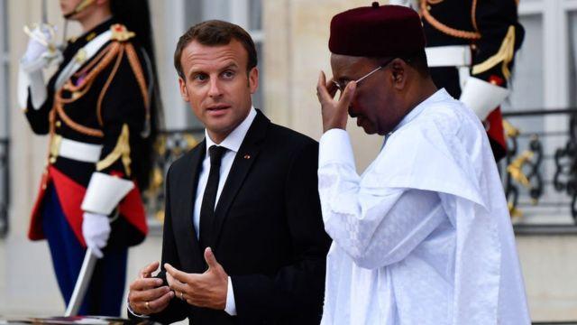 Macron hablando con un dirigente africano