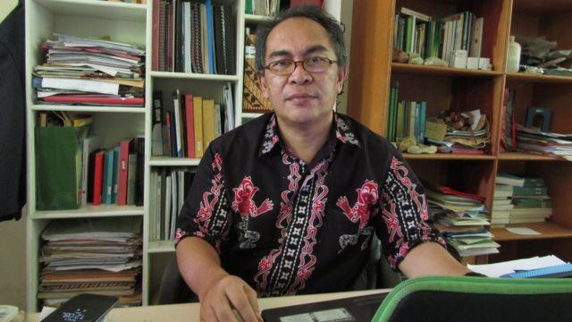 Profesor John Tasirin