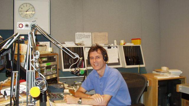 2005年鸿冈在BBC播音时