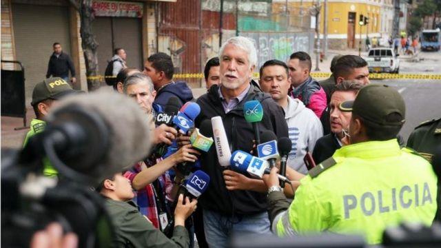 El alcalde Enrique Peñalosa habla con la prensa tras la explosión.