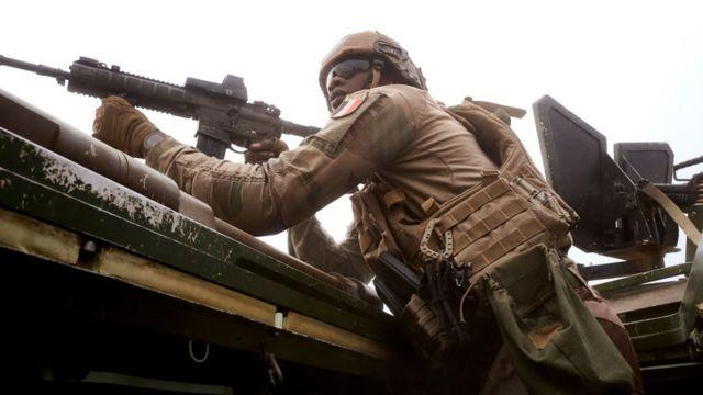 Un soldat de l'armée française vise un homme, soupçonné d'être affilié à des djihadistes, caché dans une forêt fréquentée par des groupes djihadistes, lors de l'opération Bourgou IV dans le nord du Burkina Faso